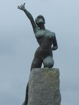 彫刻:石田 明「夏 トライアスロン」アップ