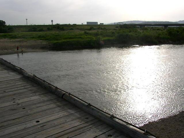 流れ橋・水面