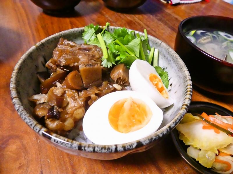 豚バラ軟骨で魯肉飯