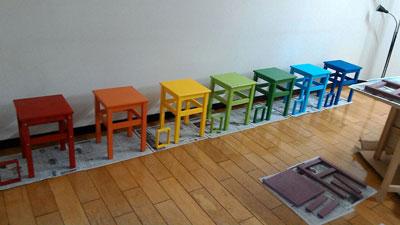 8色の椅子。