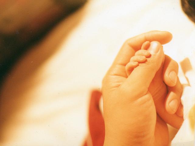 生まれたての長男坊の手