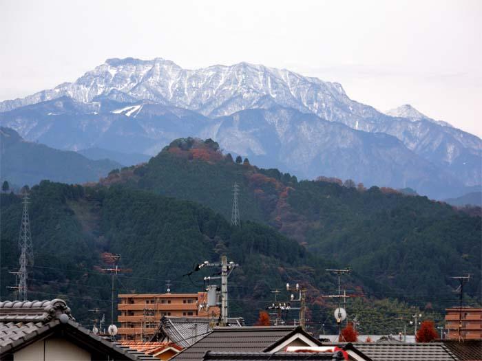 JR西条駅付近から見た12月の石鎚山