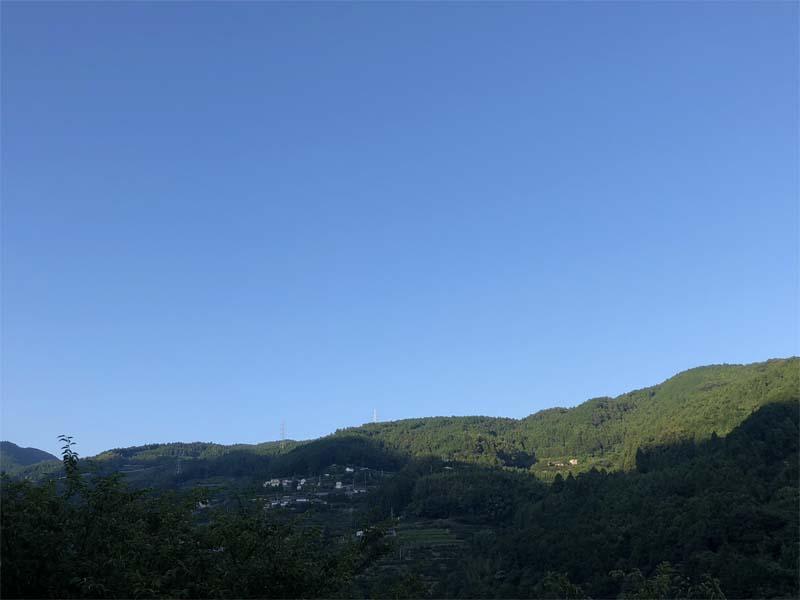 夏の夕方紺碧の空
