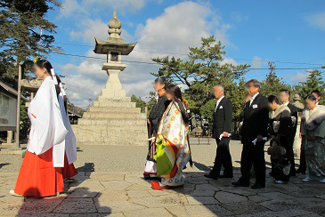吉備津彦神社の十二単挙式
