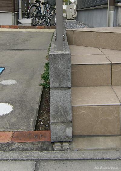 傾いたブロック塀