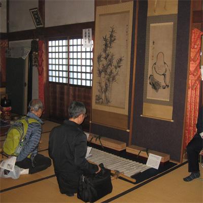 『竹の図』『寿老人の図』を見入る参拝者