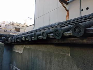 土塀の瓦の修繕