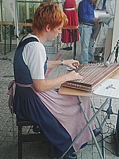 オーストリア館前で楽器を演奏する女性