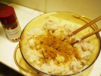塩コショウ、カレー粉をふって混ぜる