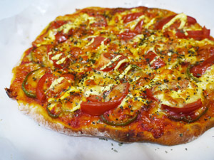 トマトとベーコンのピザ