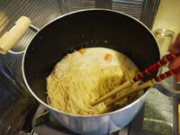 茹でた麺を入れる