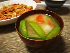 里芋ときぬさやの味噌汁