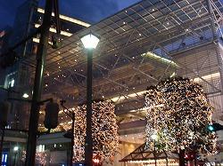 夜の街に、灯り点る