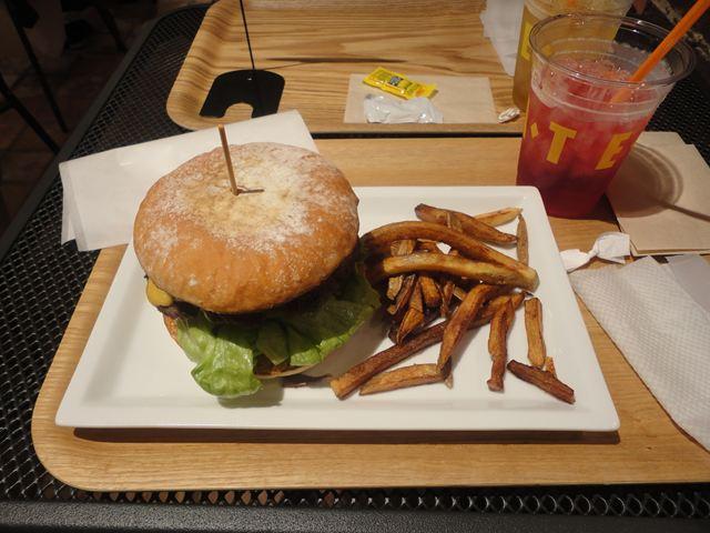 グワカモーレ(アボカド)バーガー(1208円) + チーズ(105円)