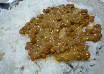 カレー納豆とご飯。