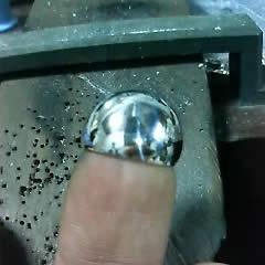 シルバーの板を丸く叩き磨きました
