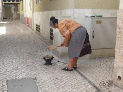 イワシを焼く婦人