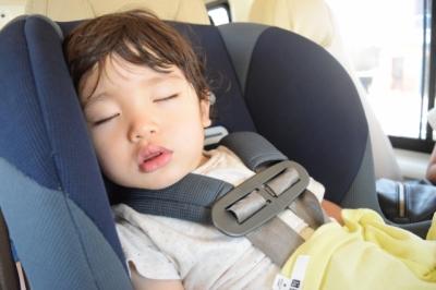 チャイルドシートで寝る子供