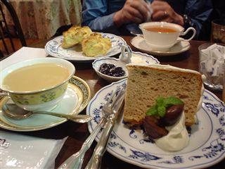 ロイヤルミルクティー(ダブル)と本日のシフォンケーキ