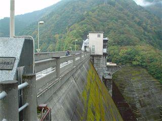 051029_井川ダムから見下ろす大●さん。