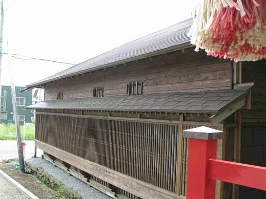 神社鳥居側から格子出窓をみる