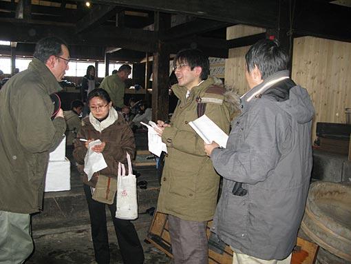 茨木家中出張番屋運営委員長の岩崎さんが取材責めに