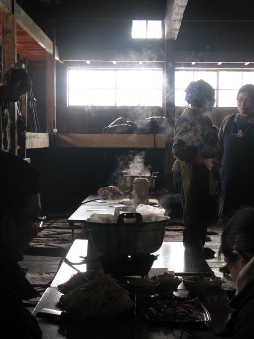 取材はまだ続き、鍋の湯気が