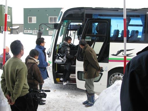 茨木家中出張番屋運営委員会委員長がバスの前で