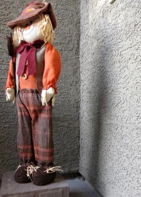 玄関の案山子人形とガラガラヘビ