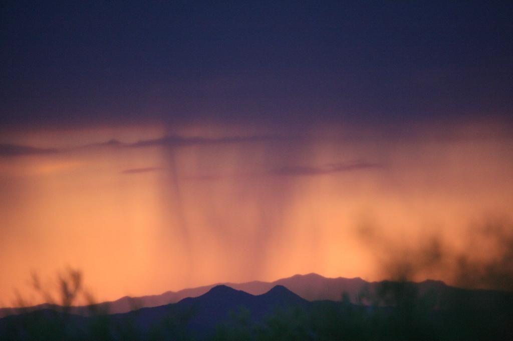 雨雲のカーテンが残る夕焼け空