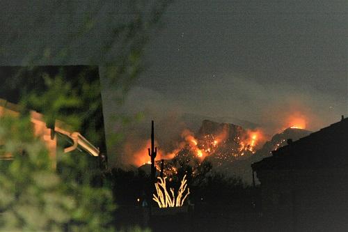 夜の山火事カタリナ連山