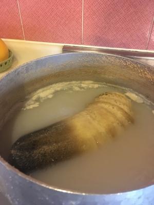 タケノコを糠で煮る