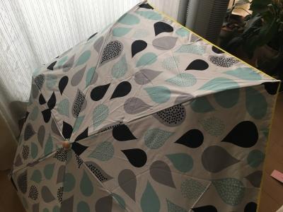 外側;白、内側;黒の日傘