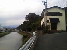 金目川と中野自治会館