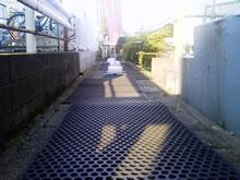 交番裏に残る用水路
