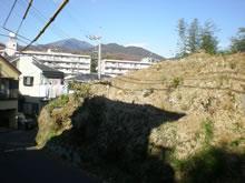 崖のようにそりたつ山