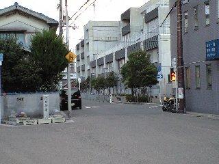 新湊小学校前
