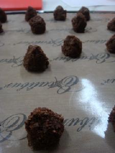 乾燥前のチョコココナッツマカロン