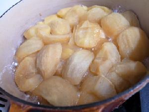 りんごを煮ている