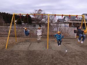 幼稚園でブランコ