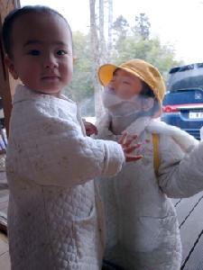 風邪気味の息子と幼稚園へ行く娘
