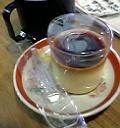 地球屋店内のコーヒーとプリン