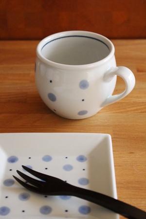 砥部焼・梅山窯:ミルクカップ〈水玉〉/四寸角銘々皿〈水玉〉