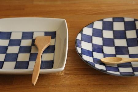 砥部焼・梅山窯:五寸角皿〈市松〉、五寸丸皿〈市松〉