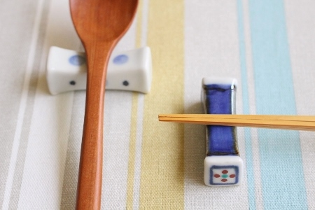 砥部焼・梅山窯:枕型箸置き
