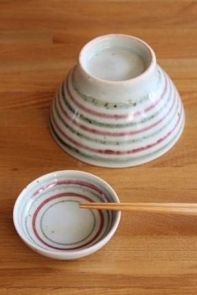 砥部焼・中田窯:くらわんか茶碗、二寸五分小皿〈釉裏紅鉄独楽〉