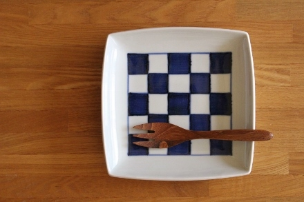 砥部焼・梅山窯:五寸角皿〈市松〉