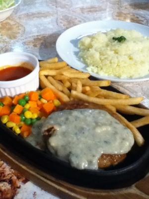 ハンバーグステーキ(ダニッシュチーズソース)950円