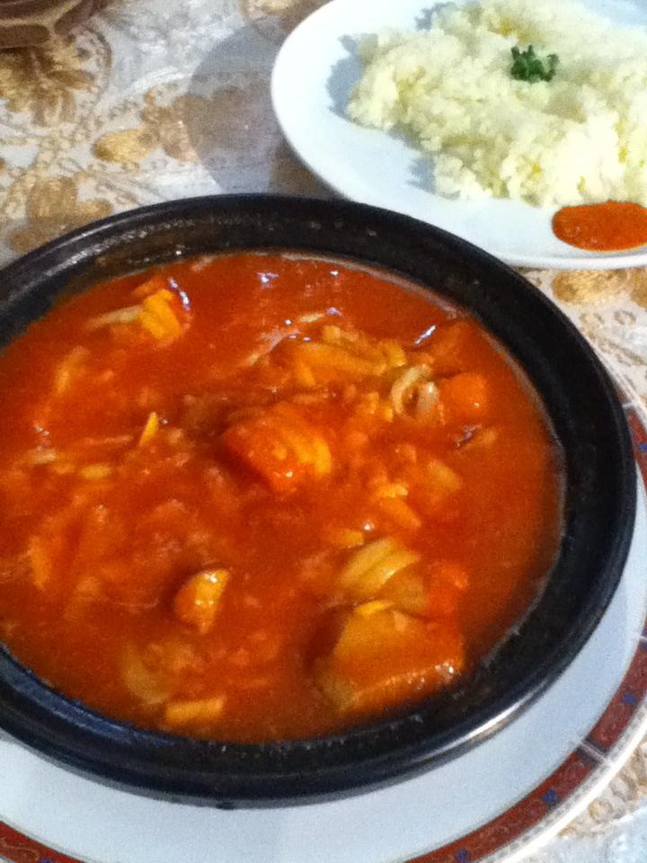 タジン(野菜たっぷり、鶏肉のトマトシチュー)890円にチーズをトッピング100円
