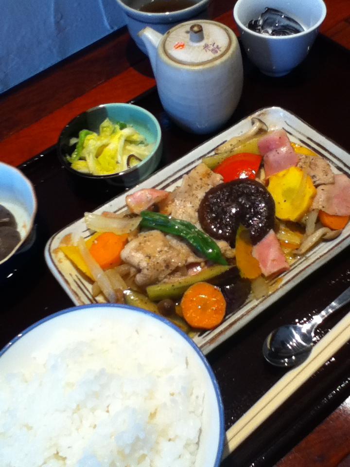 いを庵風 きのこと野菜炒めもの定食 800円